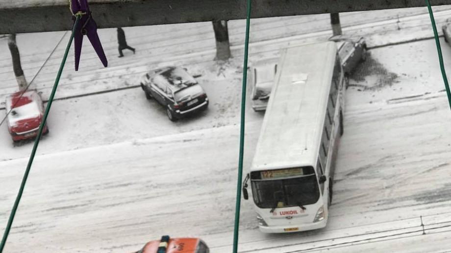 (foto) Chișinău: Trei mașini au fost avariate de un microbuz care a deraiat de pe traseu