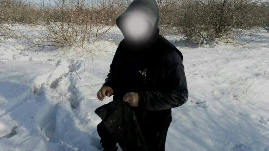 (foto) Doi tineri au fost reținuți după ce au ascuns armă de vânătoare în zăpadă