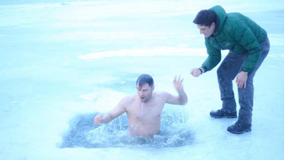 (foto, video) De Bobotează cei mai curajoși tineri s-au scăldat în apă rece ca gheață