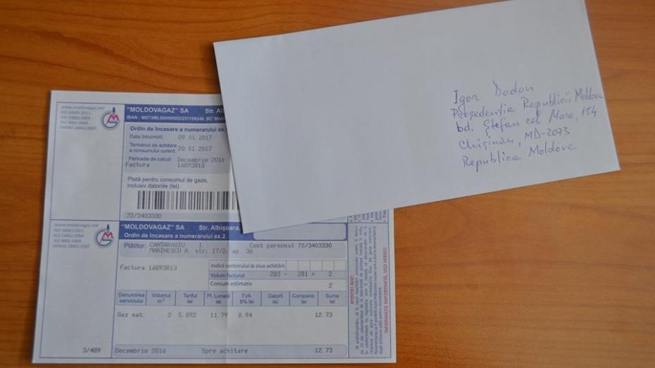 (foto) Flashmob: Pune într-un plic factura la gazele naturale și expediaz-o lui Igor Dodon