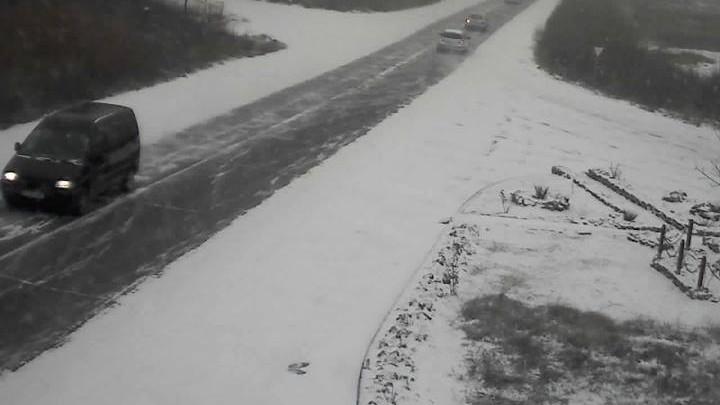 Starea drumurilor: Circulaţie îngreunată pe mai multe trasee din cauza viscolului şi a ninsorii