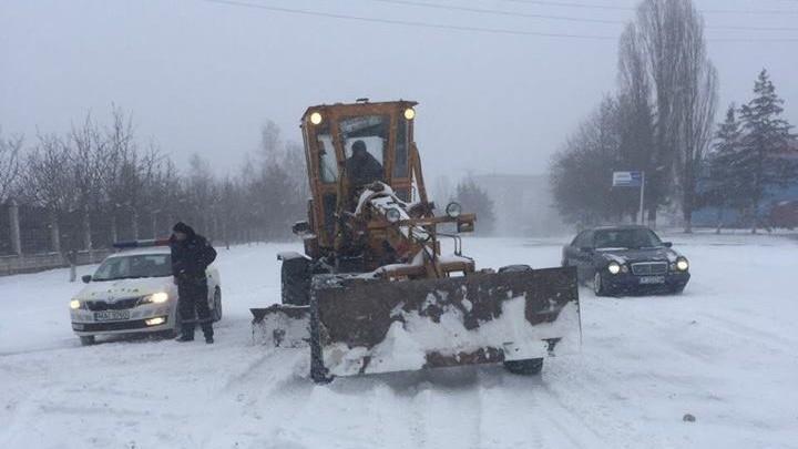 (foto) Viscolul și ninsoarea continuă! 23 rutiere și 6 autobuze au fost deblocate din nămeți