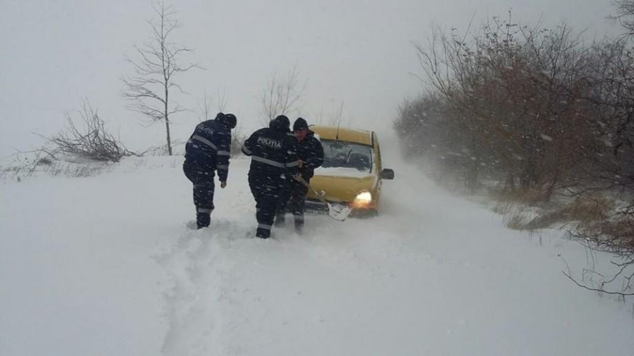 (foto, video) Ninsoare și viscol la Cahul. Polițiștii acordă ajutor șoferilor și celor prinși în nămeți
