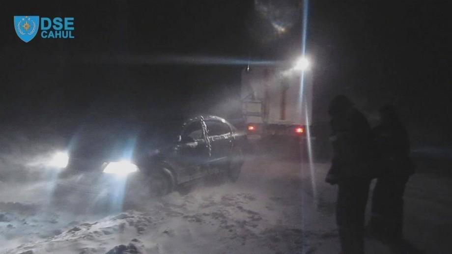 (video) Noapte albă pentru pompieri și salvatori. Peste 80 mijloace de transport au fost deblocate din nămeți