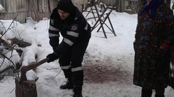 (foto) Nu doar patrulează, dar și taie lemne! 900 de polițiști continuă să acorde ajutor bătrânilor