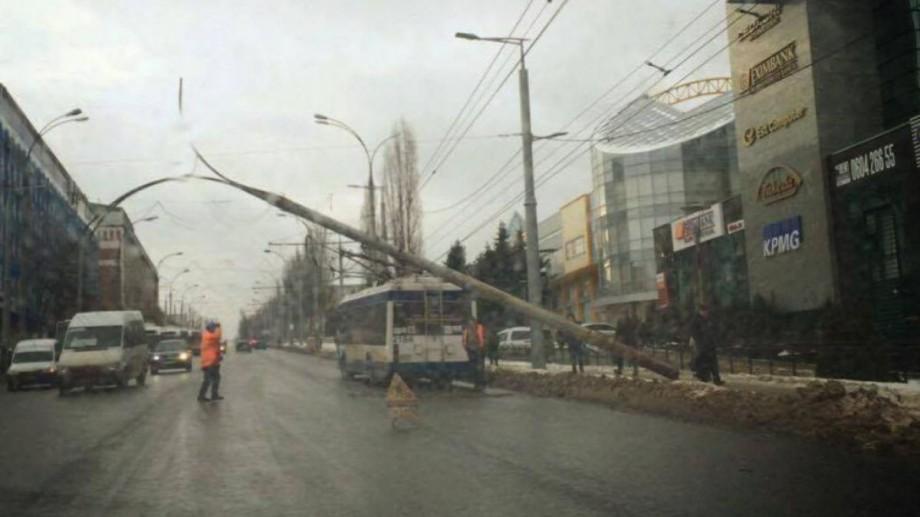 (foto) Un pilon de electricitate a căzut peste un troleibuz pe bulevardul Ștefan cel Mare din Capitală