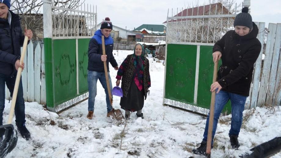 (foto, video) Tinerii din Ruseştii Noi au organizat o clacă şi au deszăpezit 20 de gospodării