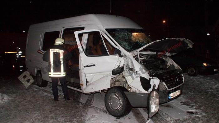 (foto, video) Un microbuz cu moldoveni ce venea din Germania a fost lovit de un tren în România