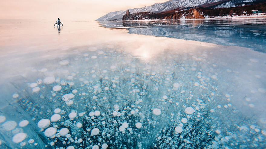 """(foto) Imagini rupte din poveste! Cel mai adânc și cel mai """"bătrân"""" lac de pe Pământ a înghețat"""
