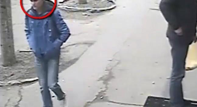 (video) Acest individ este căutat de poliţişti, după ce a jefuit o tânără în stradă