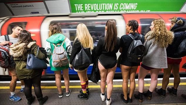 (foto, video) Au sfidat frigul și și-au dat jos pantalonii. Newyorkezii au călătorit fără pantaloni în metrou