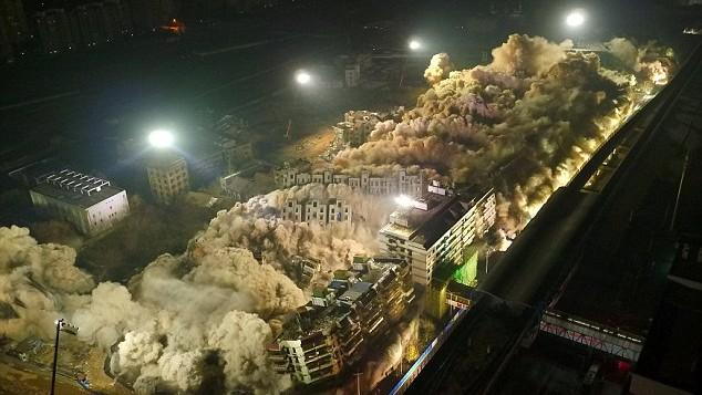 (video) Printr-o deflagrație controlată au dărâmat 19 blocuri în doar 10 secunde