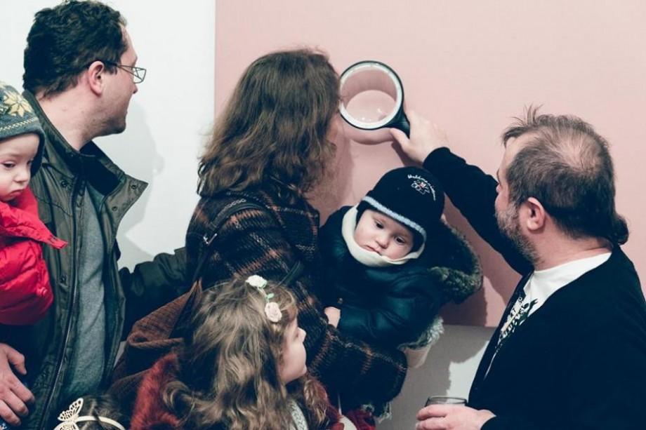 """Artistul moldovean Pavel Brăila a prezentat la București o expoziție despre """"miliardul furat"""""""