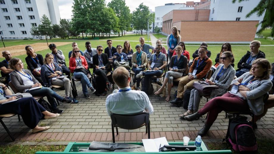 Tinerii pot câștiga o bursă de participare la Transparency School on Integrity în Lituania