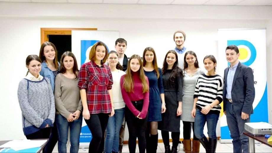 (foto) Tinerii coordonatori ai Cluburilor de Dezbateri au fost instruiți în cadrul unui seminar
