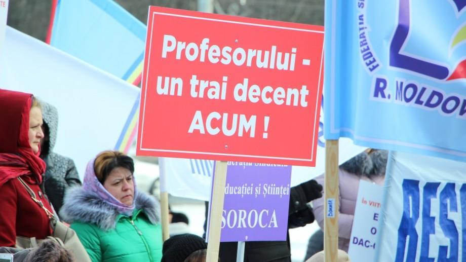 (doc, foto, video) Cum s-a desfășurat protestul pedagogilor din fața Guvernului