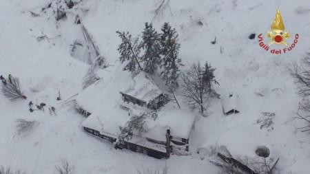 (foto) S-au pornit prin nămeți în satul vecin. Doi copii minori se deplasau singuri pe un traseu din țară