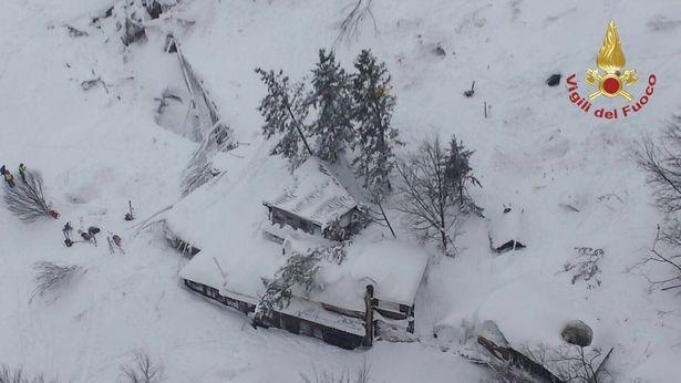 """(foto, video) O avalanșă a """"îngropat"""" un hotel cu turiști din Italia. Mai multe persoane au decedat"""