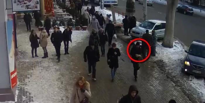 (video) Un tânăr a fost încătușat pe bulevardul Ștefan cel Mare. Iată ce făcea în troleibuzele din Capitală