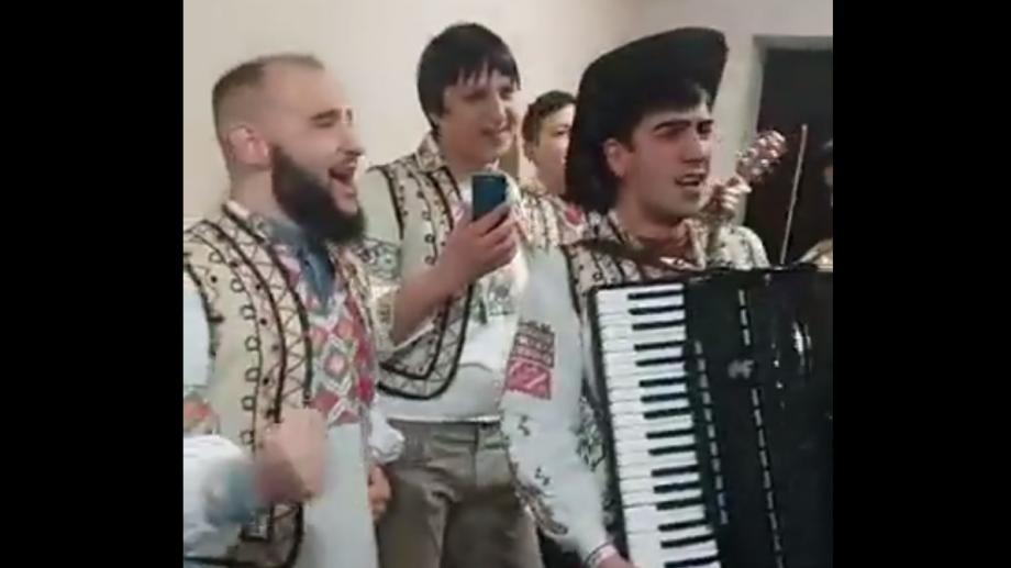 """(video) Urătură cu umor de la băieții """"Zebra Show"""": """"Cântă cucul bată-l vina, fiindcă s-a scumpit lumina"""""""