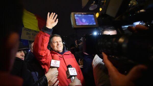 """(live video) Klaus Iohannis a ieșit să susțină protestatarii: """"O gașcă de politicieni vrea să slăbească statul de drept"""""""