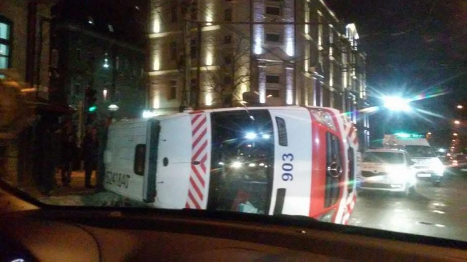 (foto, video) Accident în centrul Capitalei. O ambulanță s-a răsturnat după ciocnirea cu un microbuz