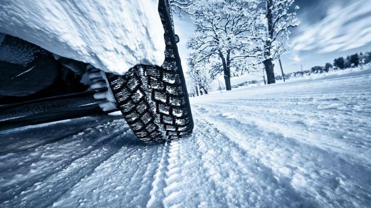 Mai multe automobile și autobuze au rămas blocate în nămeți în sudul țării