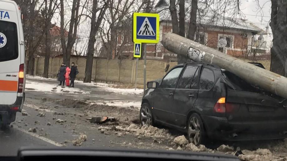 (foto) La Buiucani, un BMW X5 a doborât un stâlp care susținea liniile de troleibuz