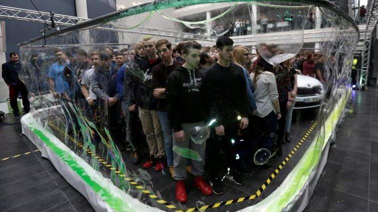 (foto) Un ceh a produs un balon de săpun record cu care a cuprins 275 de elevi și o mașină