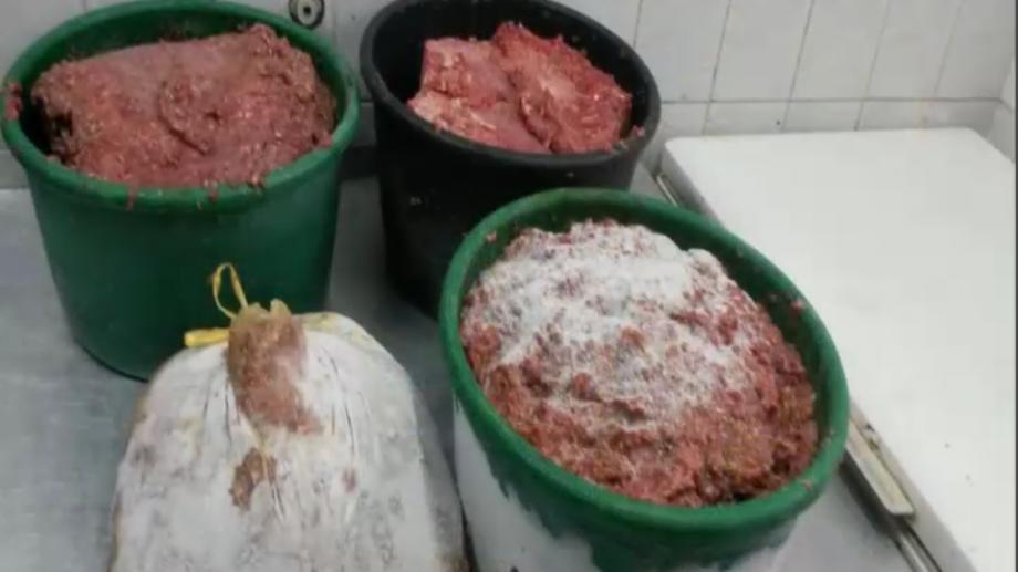 (video) În ce condiții insalubre este preparată carnea la o intreprindere din Chișinău