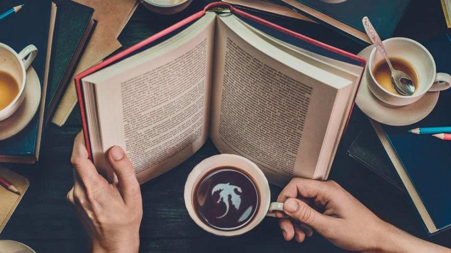 Timpul petrecut pe reţelele de socializare îi împiedică pe oameni să citească 200 de cărţi pe an