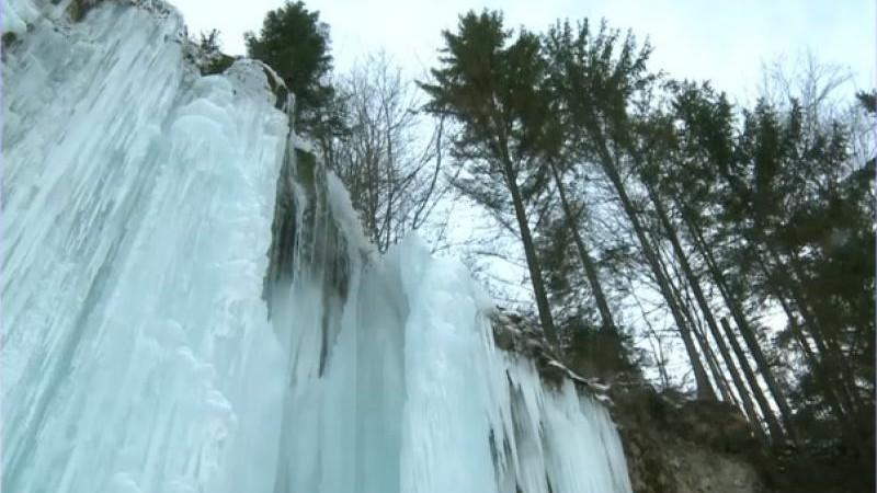 Cascada Miresii din România a înghețat. Peisaj superb în Munţii Apuseni