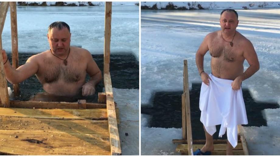 (video, foto) De Bobotează, Președintele Dodon s-a scăldat în apă rece ca gheața