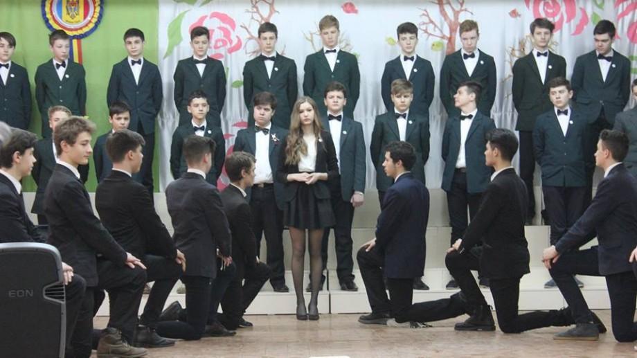 (foto) Liceele din Chișinău în care elevii poartă uniforme originale