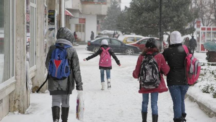 Școli și grădinițe închise. Câți elevi nu au ajuns astăzi la ore?
