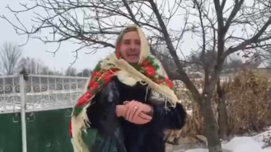 (video) Actorul Emilian Crețu și-a pus baticul pe cap și s-a pornit cu colindatul