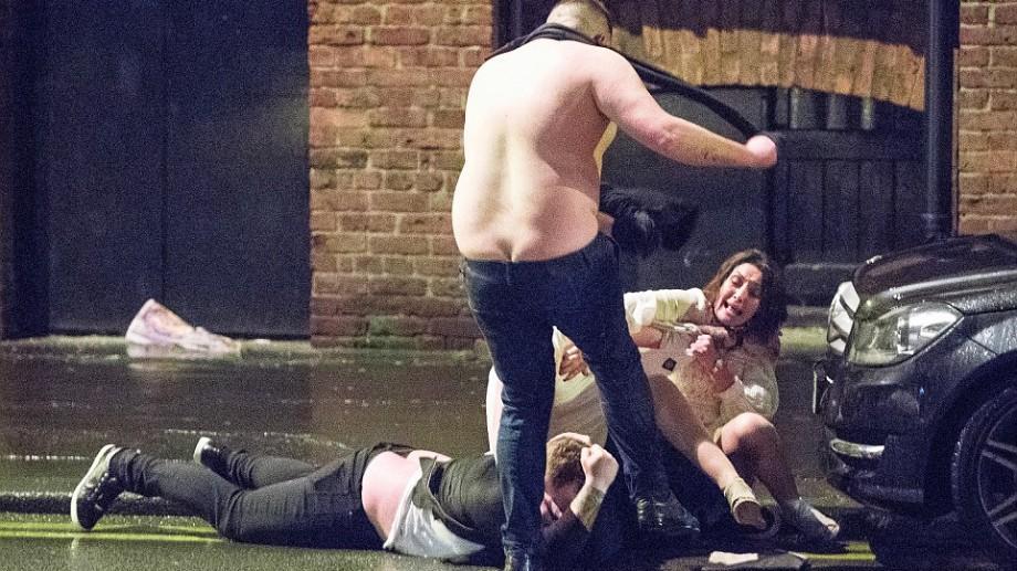 (foto) Dezmăț de Revelion pe străzile Londrei. Zeci de tineri, surprinși în ipostaze jenante