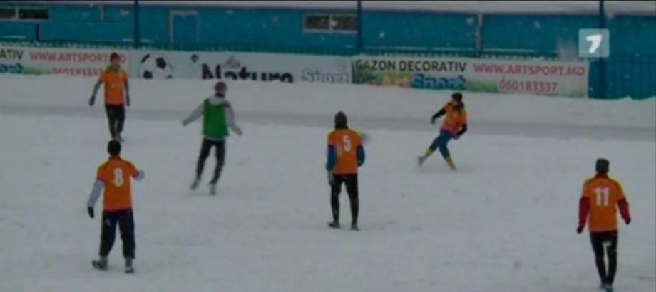 Mai mulţi tineri au jucat fotbal amical pentru a ajuta o familie cu cinci copii