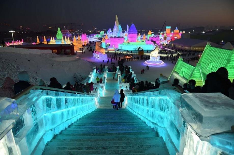"""(foto, video) Arată spectaculos. S-a deschis """"orașul din gheață"""" din China"""