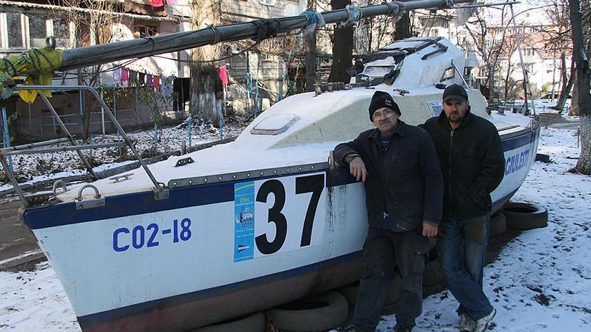 Un bărbat din Chișinău ar putea începe o călătorie în jurul lumii pe un iaht fabricat în Moldova alături de fiul său