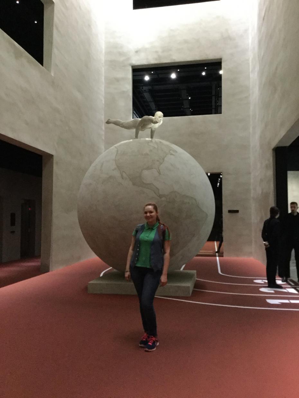 Domenica al museo(duminica la muzeu) – Armani/ Silos, Milano. Sculptat în dimensiuni reale sportivul de pe logo-ul brandului