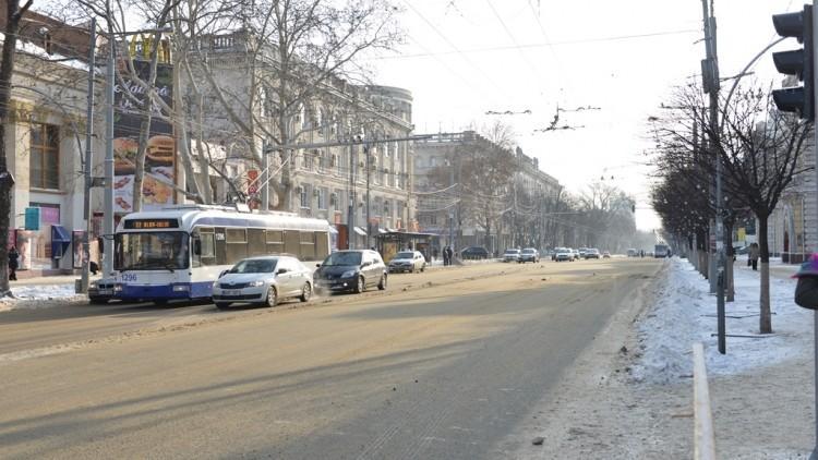 (foto) Situația privind deszăpezirea în Chișinău: Drumarii lucrează non stop