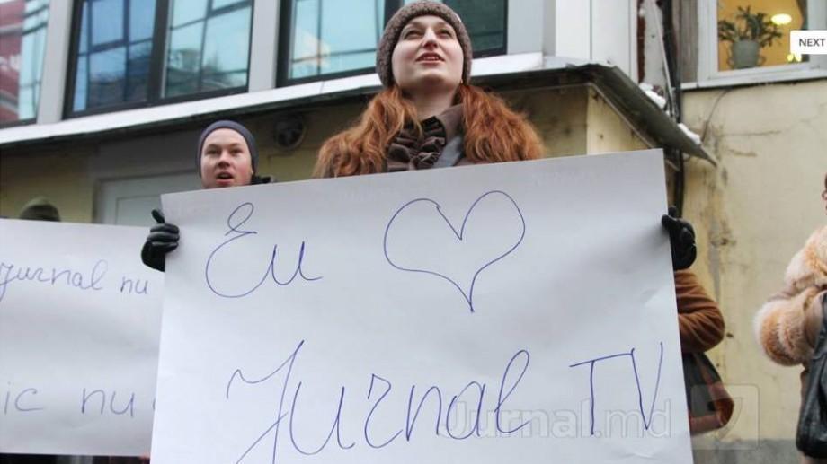 (video) Sute de oameni au ieșit la un flashmob de susținere a canalului Jurnal TV