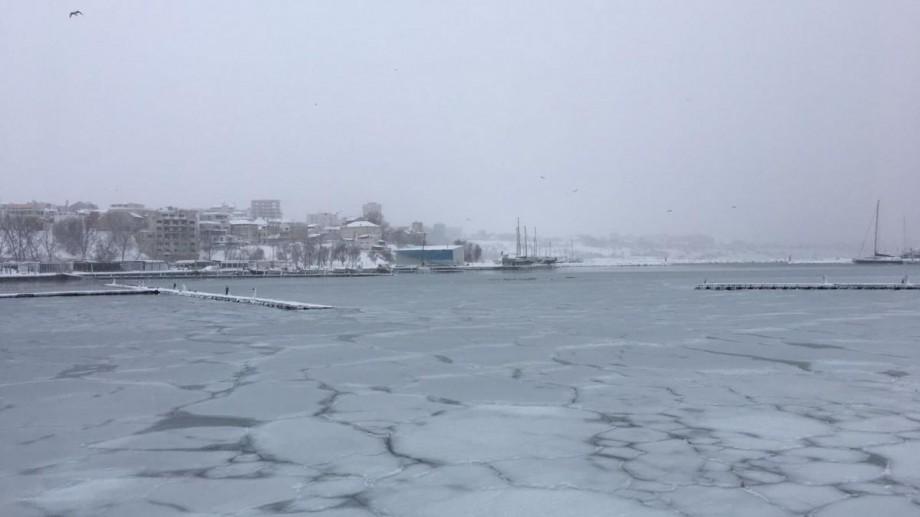 (foto, video) Fenomen rar pe litoral. Marea Neagră a înghețat în portul turistic Tomis din Constanța