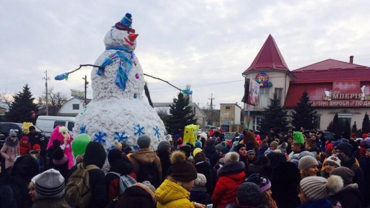 (foto) Un om de zăpadă uriaș a fost ridicat la Odesa. S-au utilizat peste trei tone de zăpadă