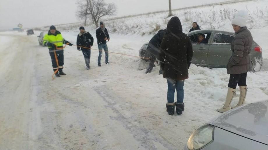 (foto) Situația traficului la această oră. Trei trasee naționale rămân blocate din cauza zăpezii
