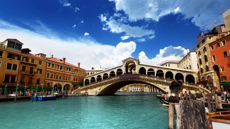 """Comunitatea """"Adoptă un Vot"""" își dă întâlnire la Veneția și te invită la un Offline"""