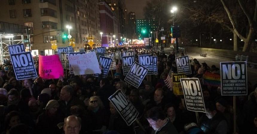 (video) Mii de oameni, în frunte cu Robert De Niro, Cher şi Alec Baldwin, au protestat la New York faţă de învestirea lui Trump