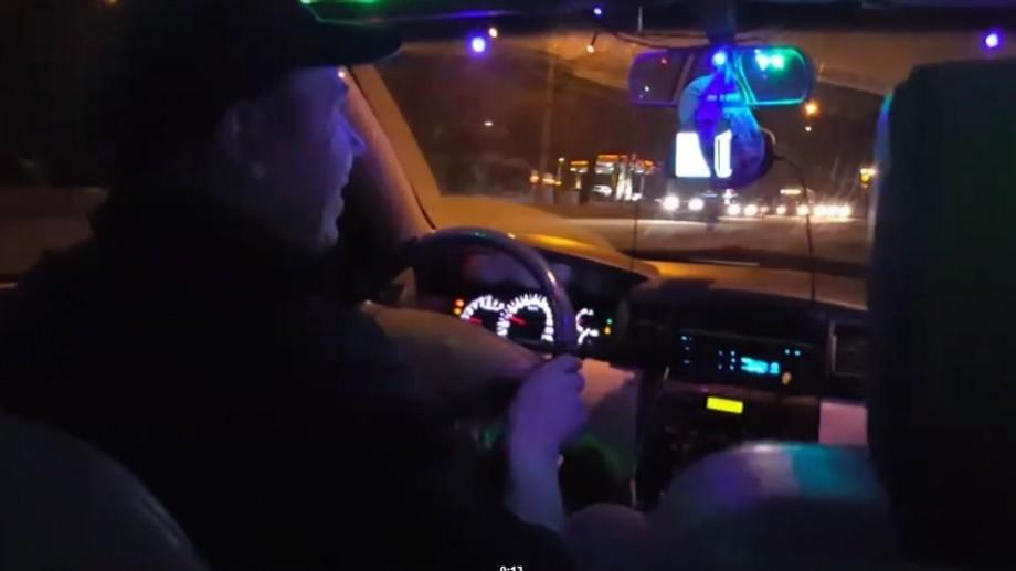 (video) Chișinău: Un șofer taxi își lasă pasagerii să cânte gratuit la karaoke în timpul călătoriei