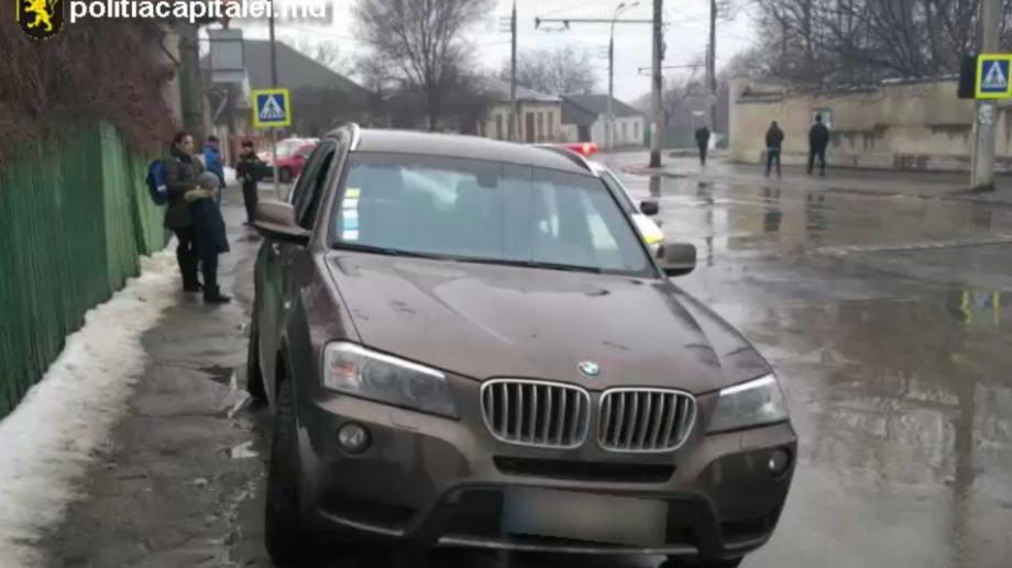 (foto) Doi tineri au fost reținuți în momentul când furau dintr-un BMW X3. Au sustras bani și un telefon mobil
